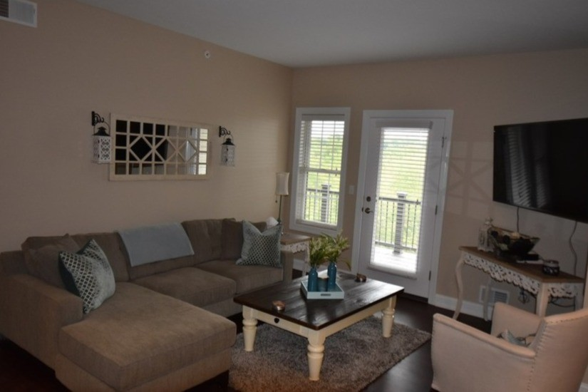 roman-estates-aliquippa-pa-living-room (1)